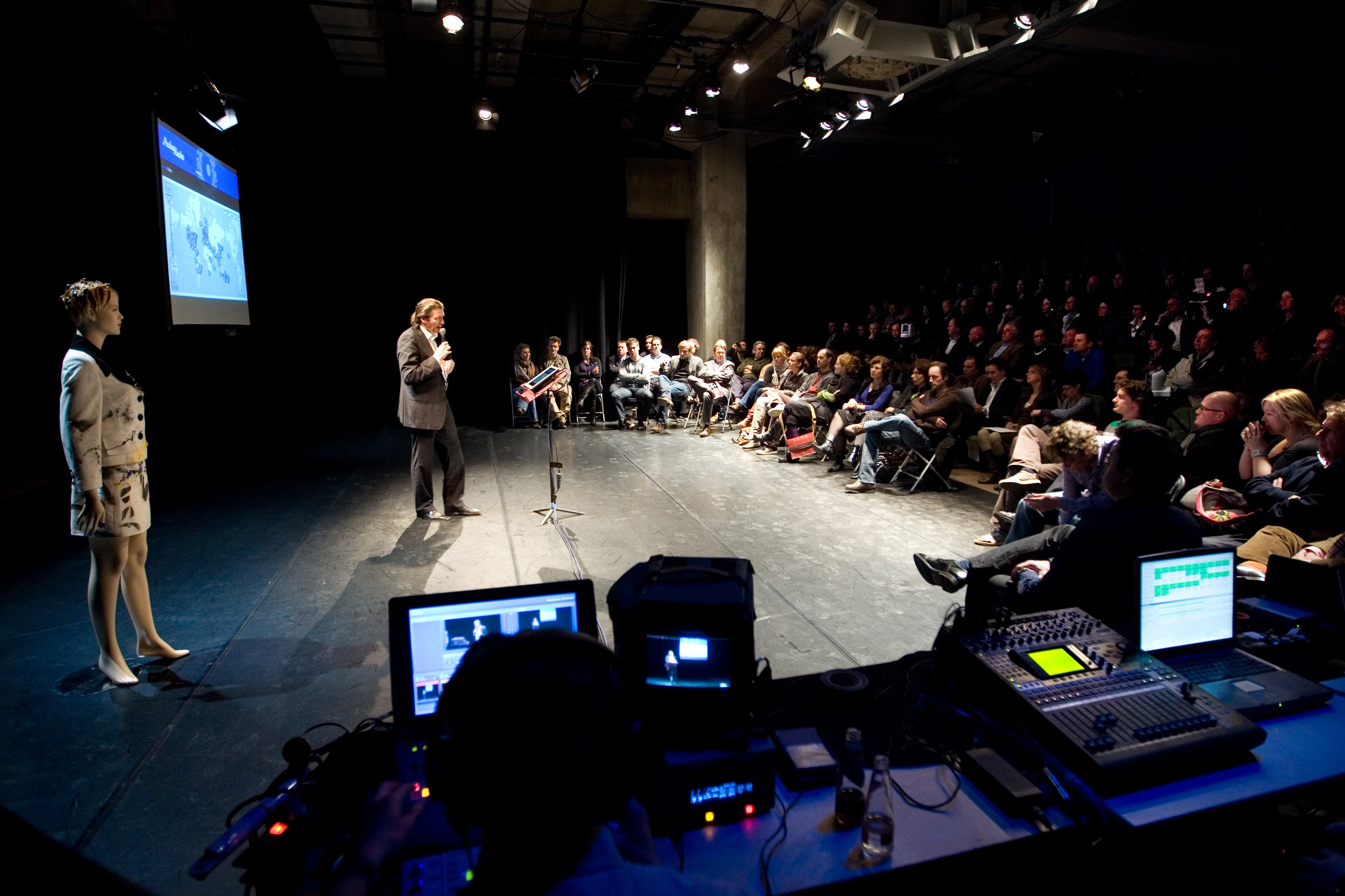 Jean-Paul Toonen presenteert de eerste PechaKucha Maastricht in 2009